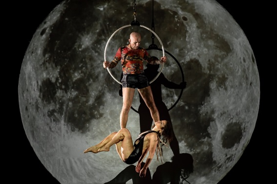 Vitória-Régia mistura circo, dança e efeitos multimídias