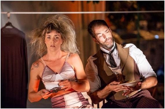 """Os atores circenses Maíra Campos e Daniel Pedro são """"Vizinhos"""", em espetáculo a céu aberto, no Circo no Beco, na Vila Madalena"""