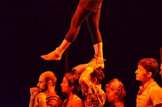 Bloom emociona ao recriar técnicas de circo e dança