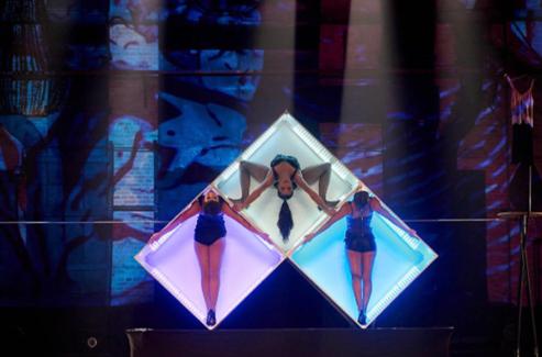 """Aparelhos cênicos criados por Monica Alla para dar formas às performances surpreendem no espetáculo """"Fecunda – Uma Opereta Circense"""""""