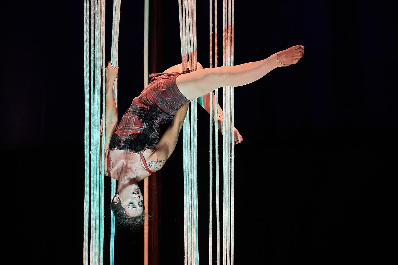 Cômico e com cordas dramáticas, Balbúrdia mostra o cotidiano acrobático de um casal. Assista na sexta 16/7, às 20 horas, no Youtube.